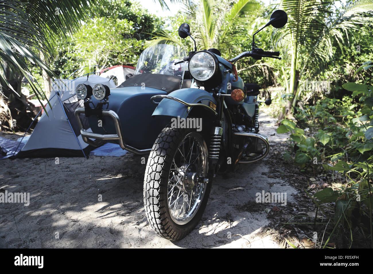 ein imz ural motorrad mit beiwagen geht off road an einem. Black Bedroom Furniture Sets. Home Design Ideas