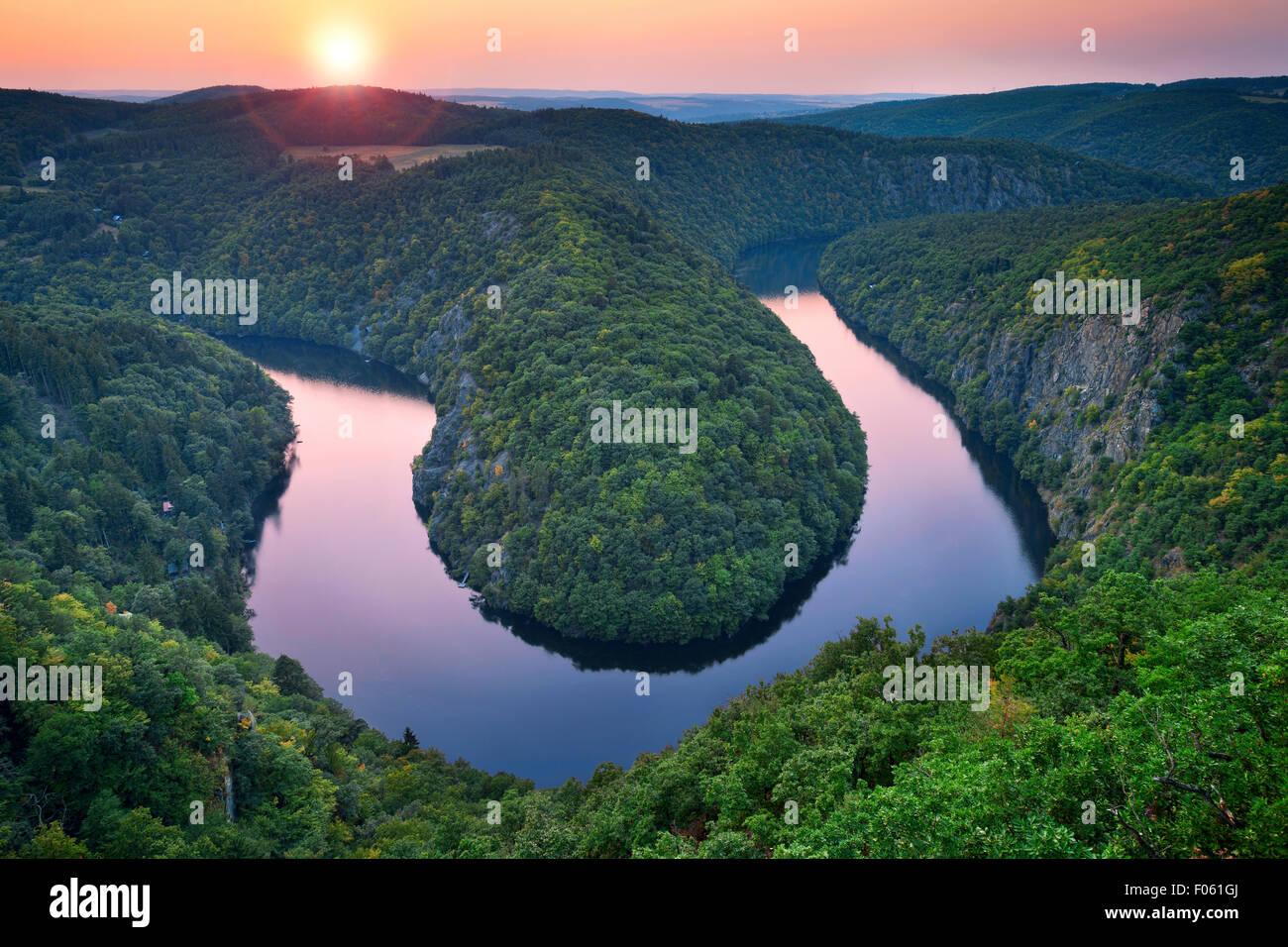 Flussbiegung. Wunderschöne Mäander der Moldau in Tschechien Sommer Sonnenuntergang. Stockbild