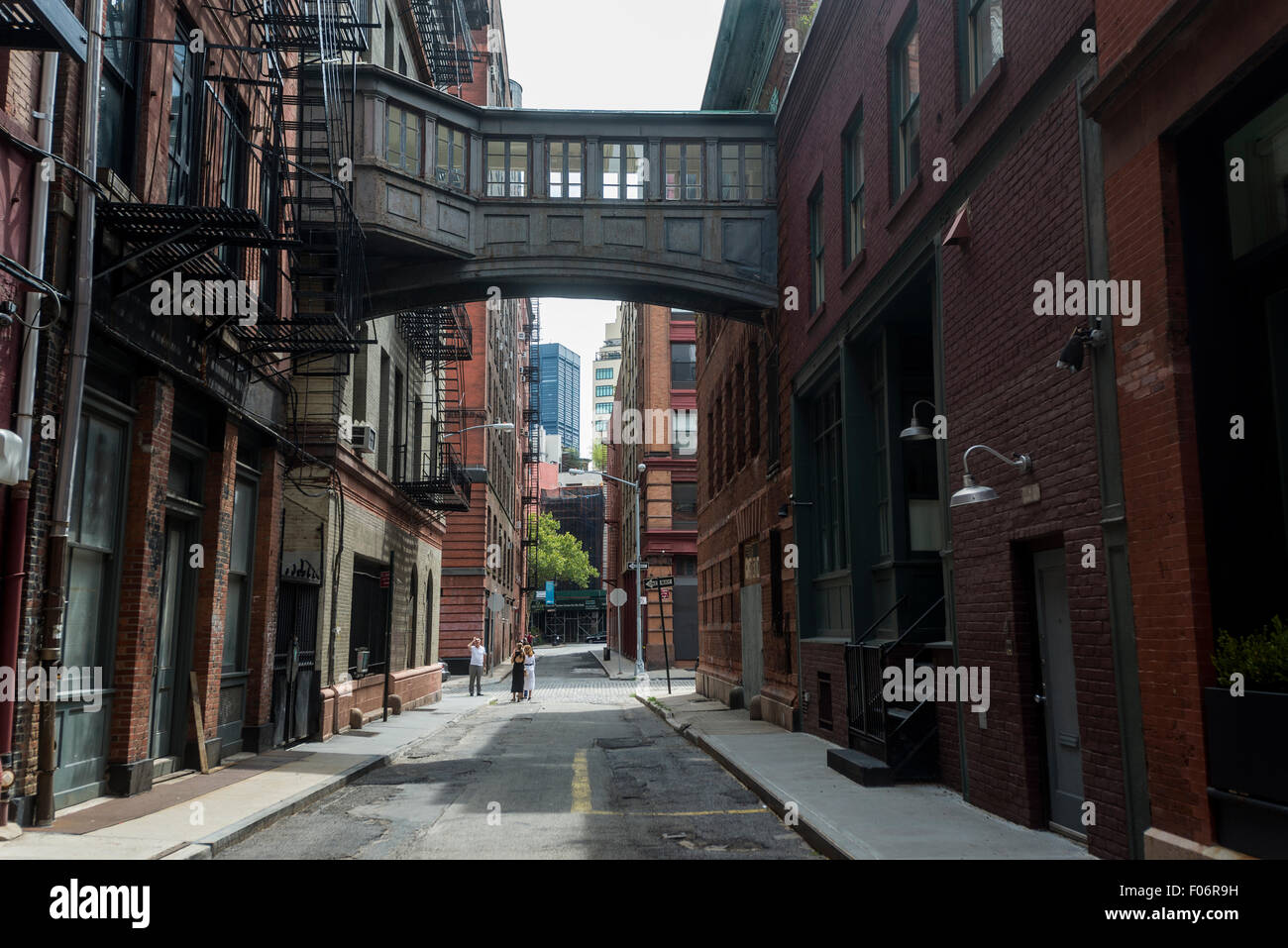 New York, NY - Grundnahrungsmittel Street mit der Skybridge in TriBeCa Neighorhood der unteren Manhattan © Stockbild