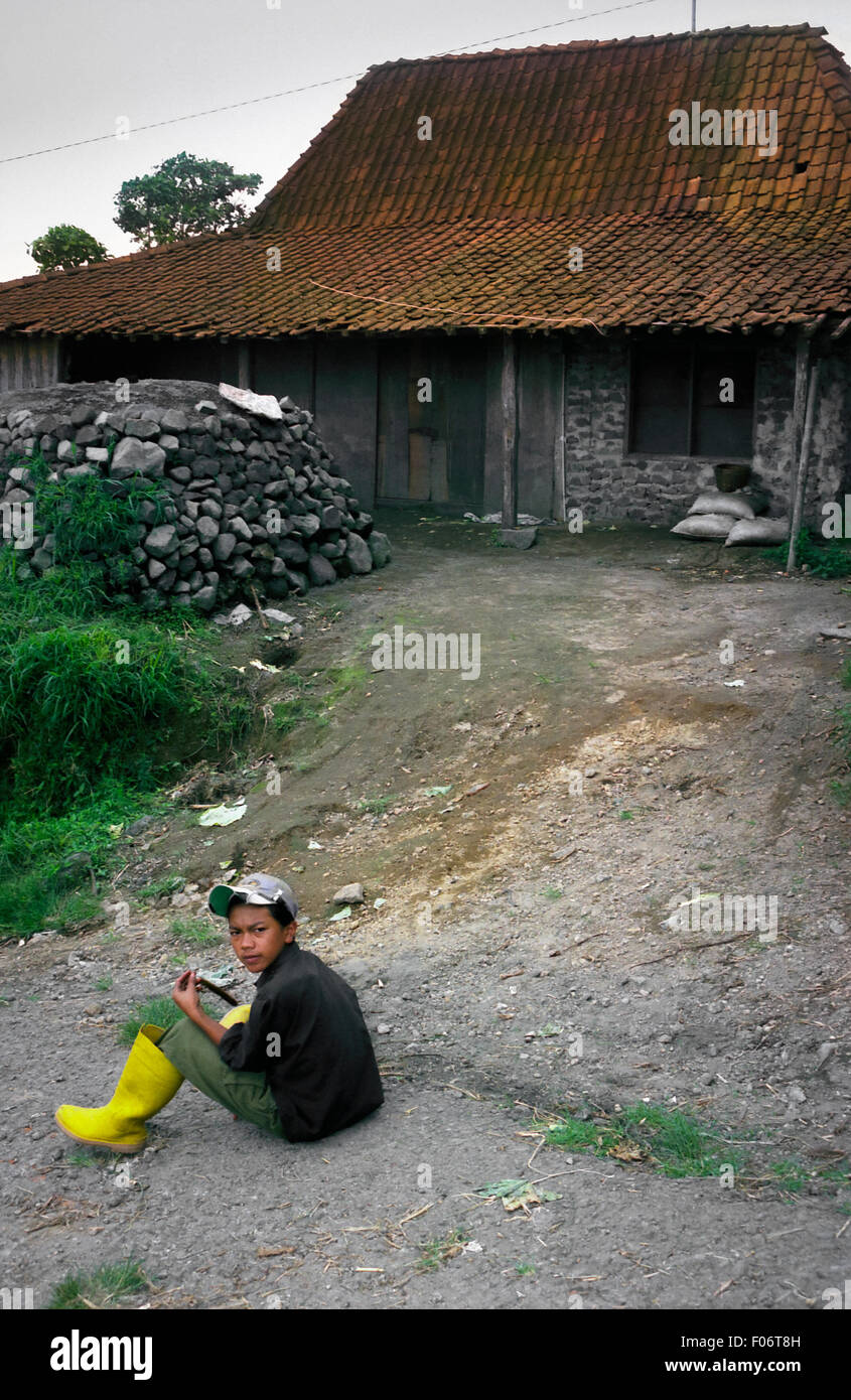 Lokalmatador vor Landhaus am Fuße des Merapi Berg. Stockfoto