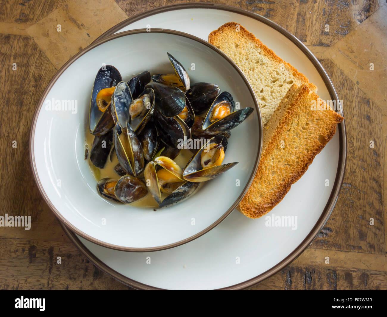 Café Mittagessen Shetland Muscheln und toast Stockbild