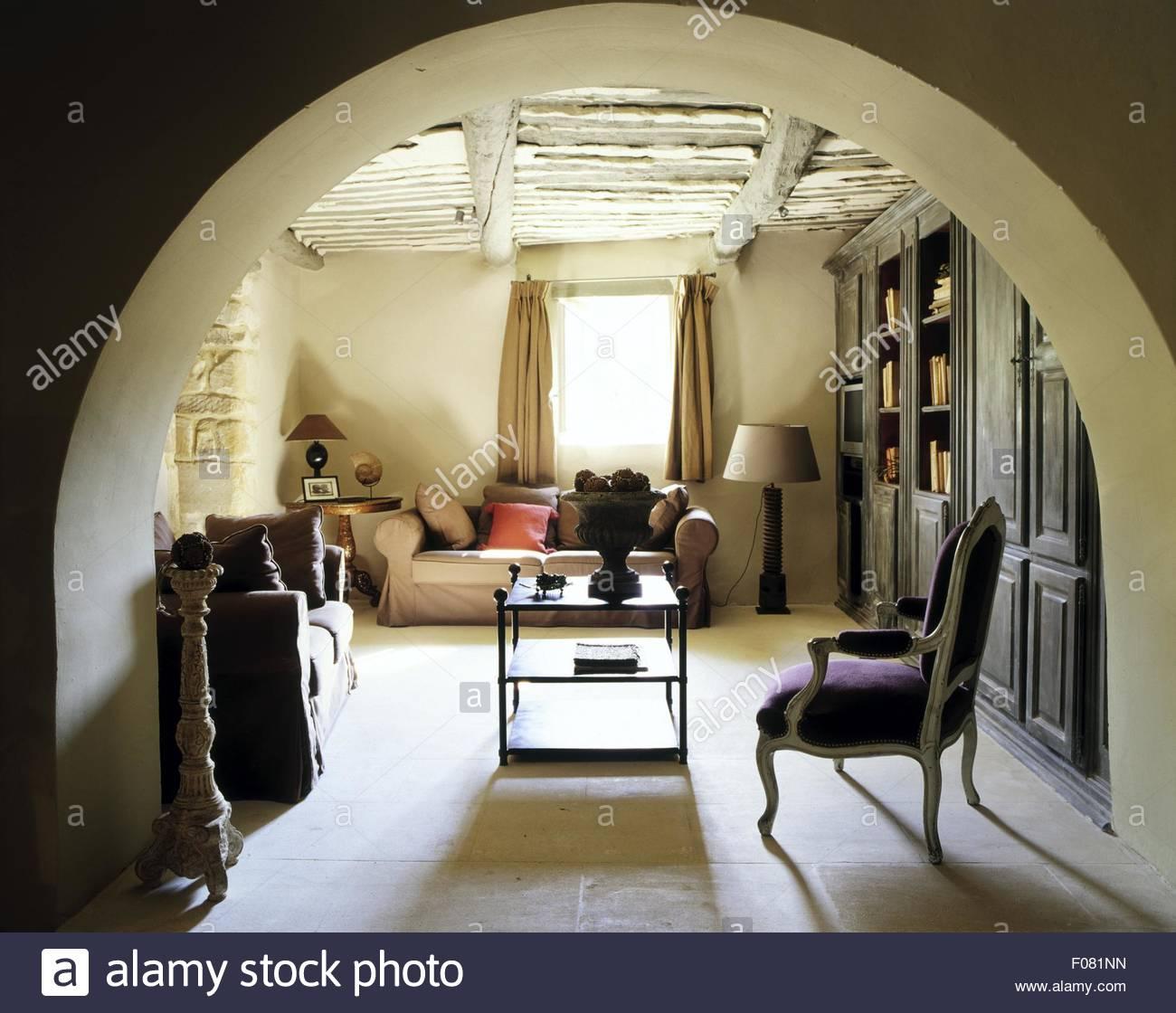 Wohnzimmer Mit Balkendecke Und Sofa Vor Fenster Provence