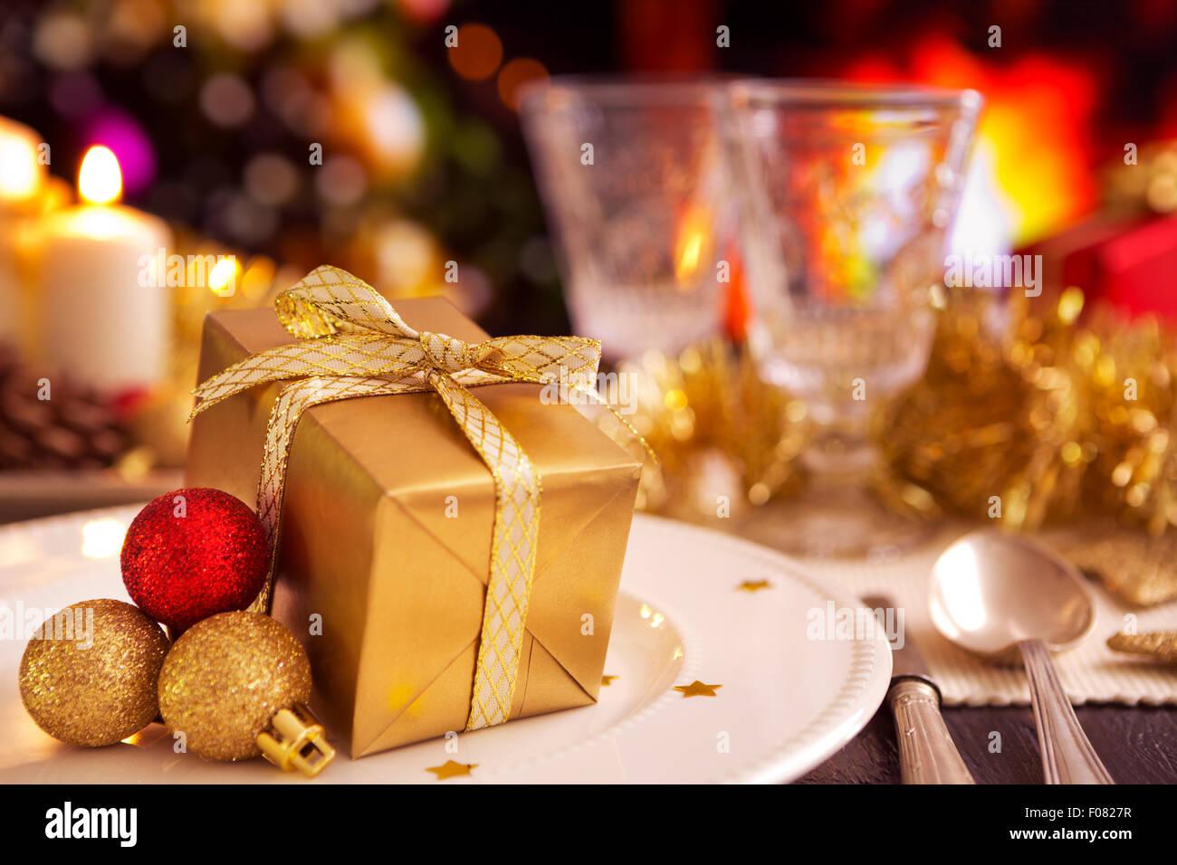 Eine romantische Weihnachten Abendessen Tischdekoration mit einem ...