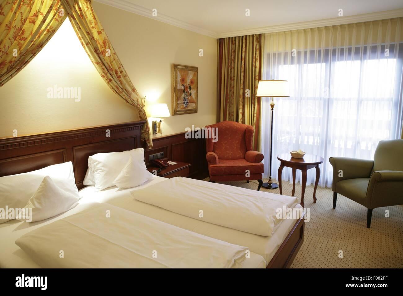 Schlafzimmer im Thermalbad & Romantik Hotel Am Mühlbach, Deutschland Stockbild