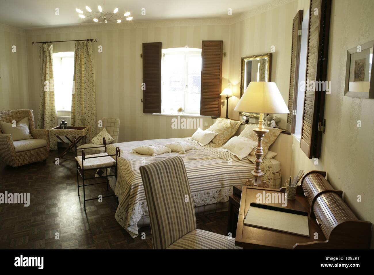 Innere Des Schlafzimmer Mit Bett Kissen Stuhle Tische Und