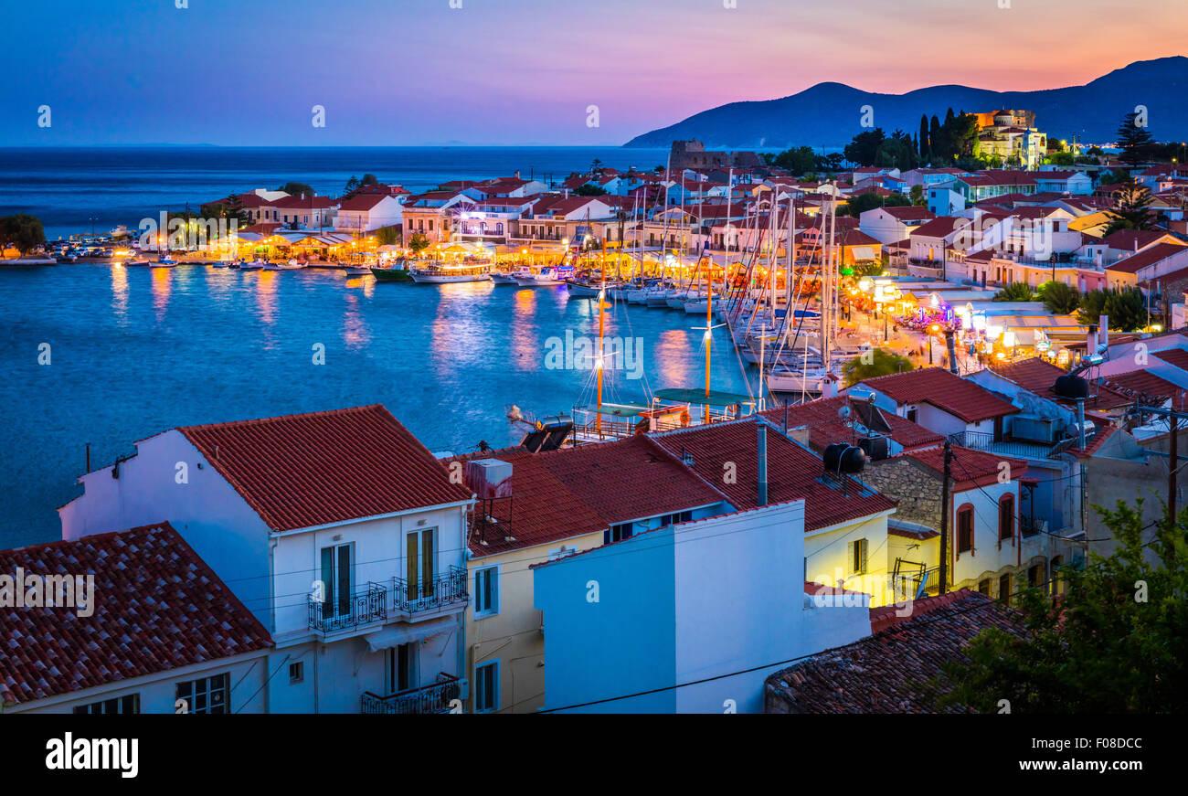 Sonnenuntergang über der kleinen Stadt von Pythagoreio auf der griechischen Insel Samos. Stockbild