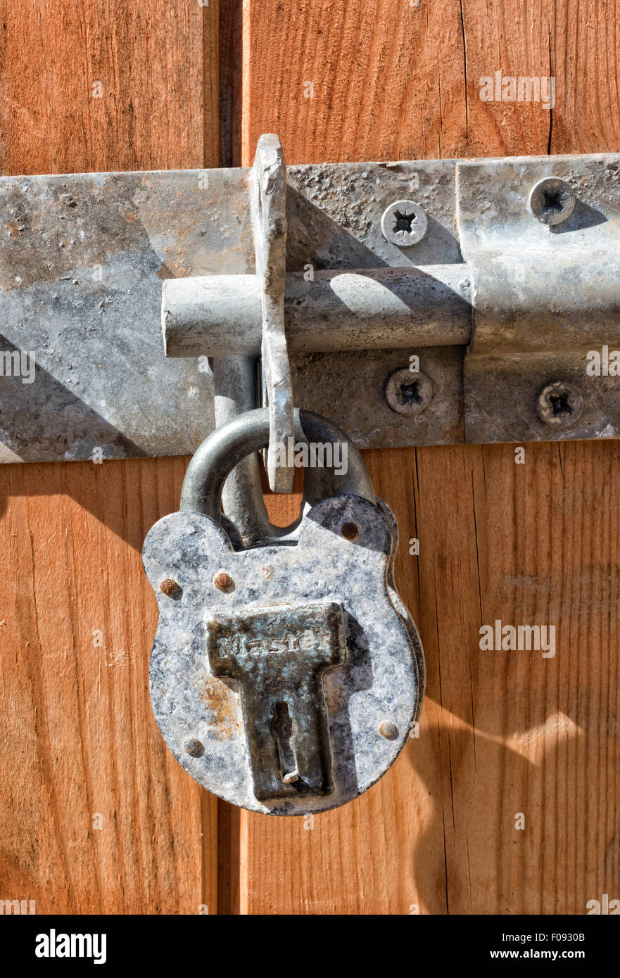 shed door padlock stockfotos shed door padlock bilder alamy. Black Bedroom Furniture Sets. Home Design Ideas