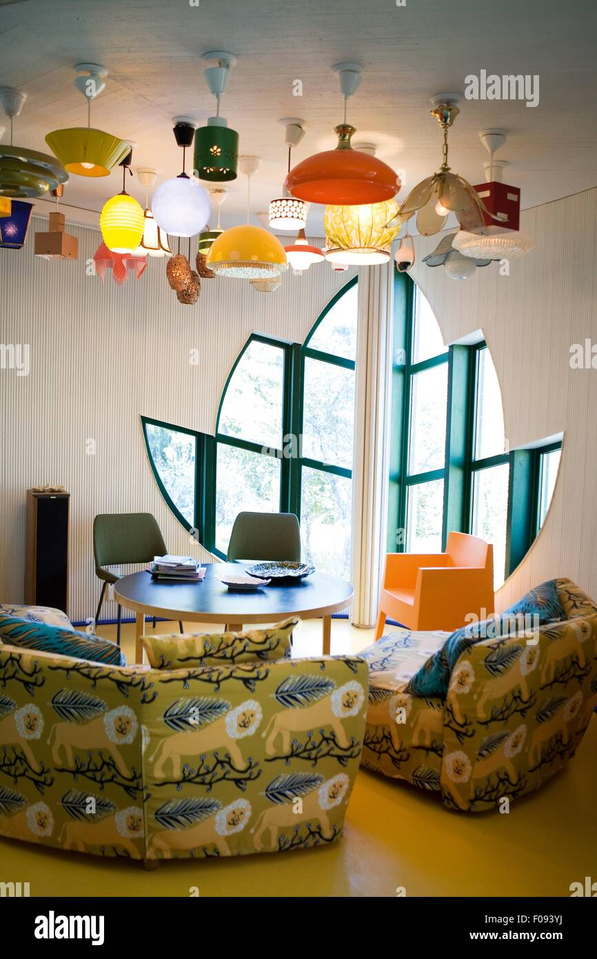 Modernes Zimmer mit Blume geformt Fenster, Tier drucken Sofas und ...