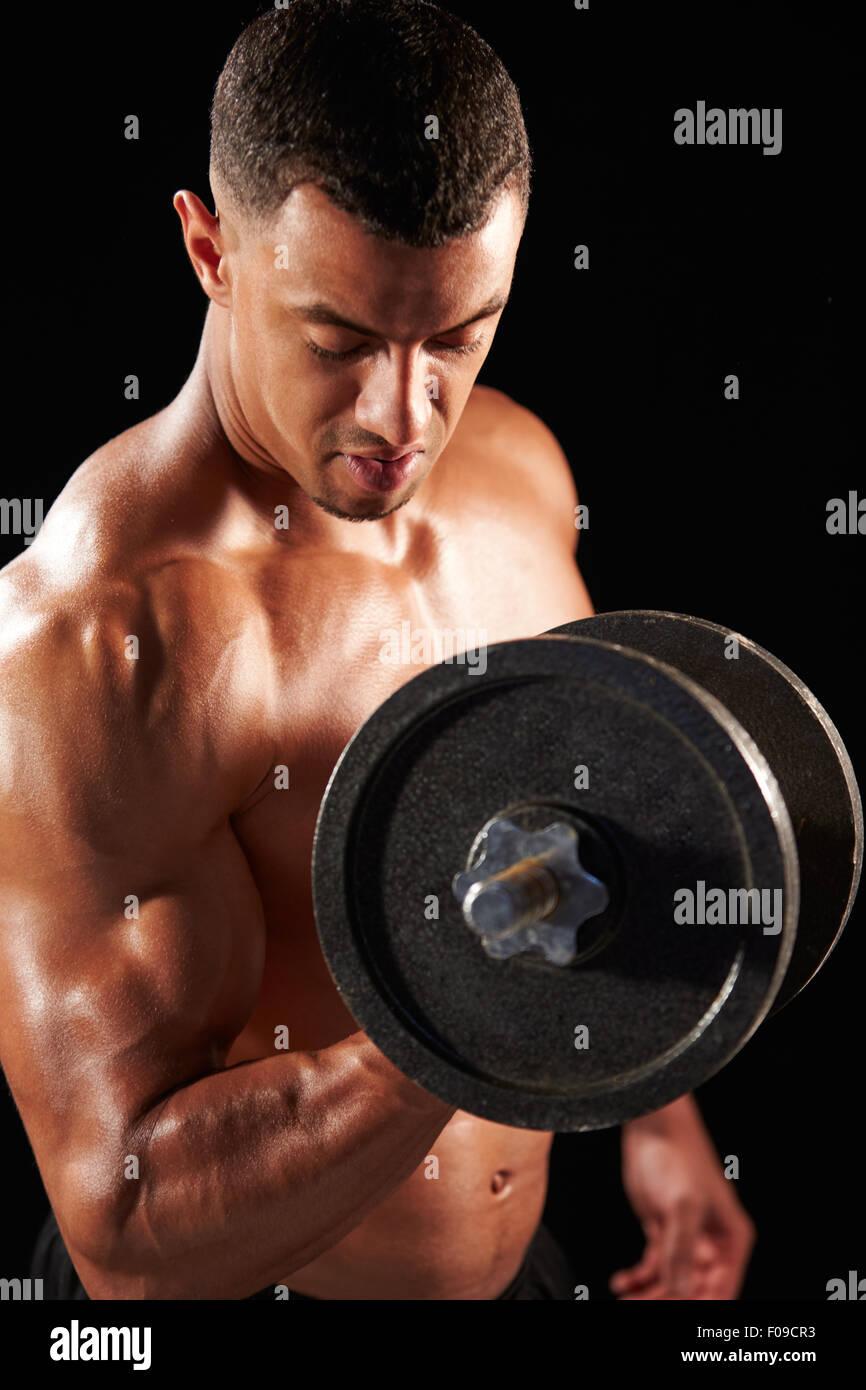 Muskulösen jungen Mann mit schweren Hantel trainieren Stockfoto