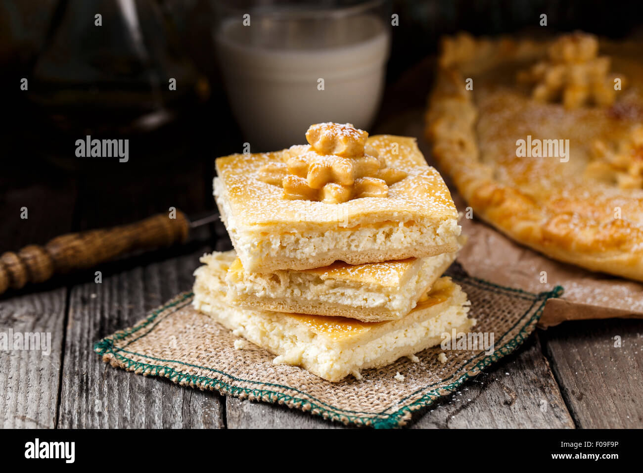 Leckere hausgemachte Kuchen, gefüllt mit süßen Quark Stockbild