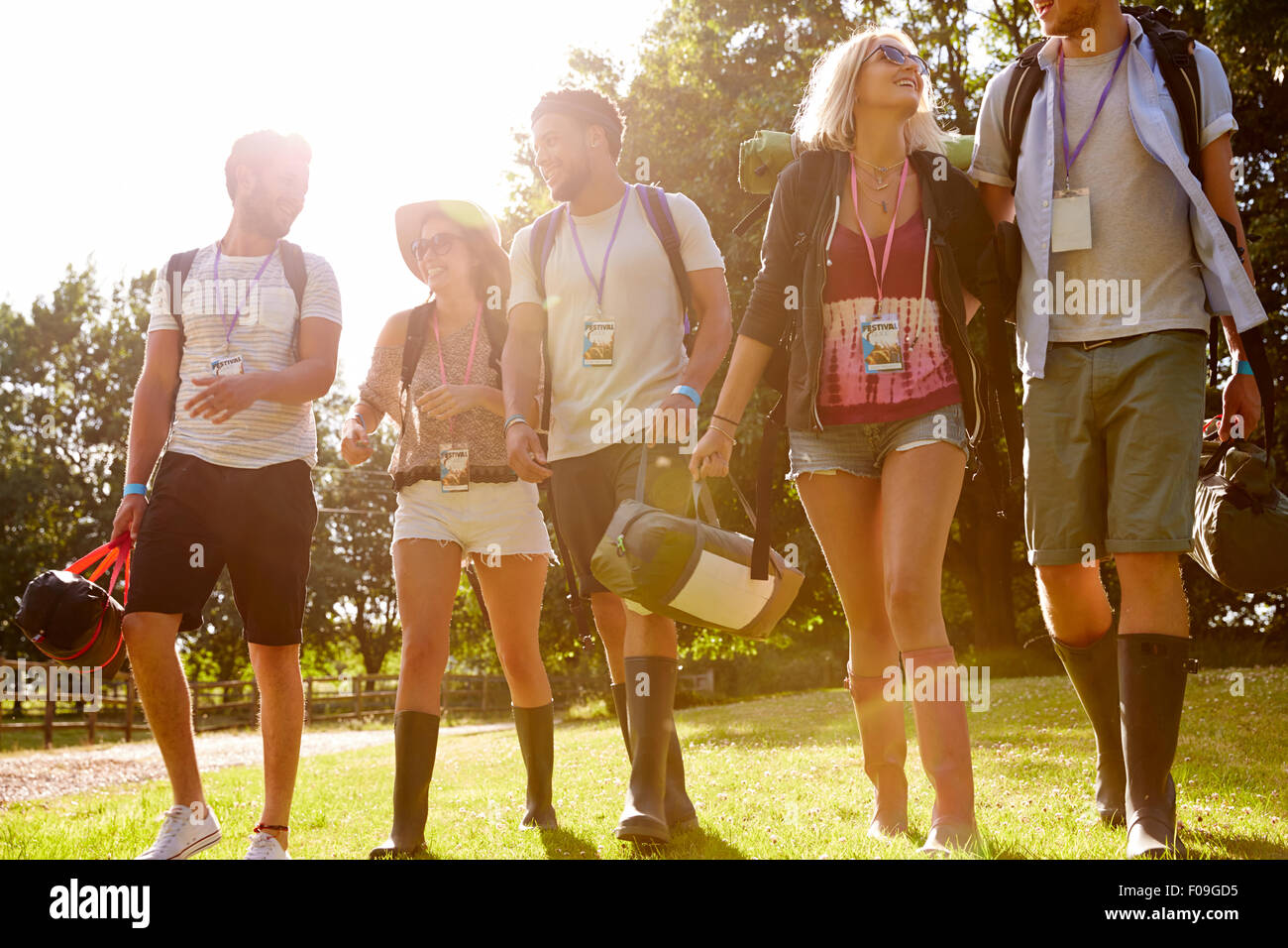 Gruppe junger Menschen gehen Camping beim Musikfestival Stockbild