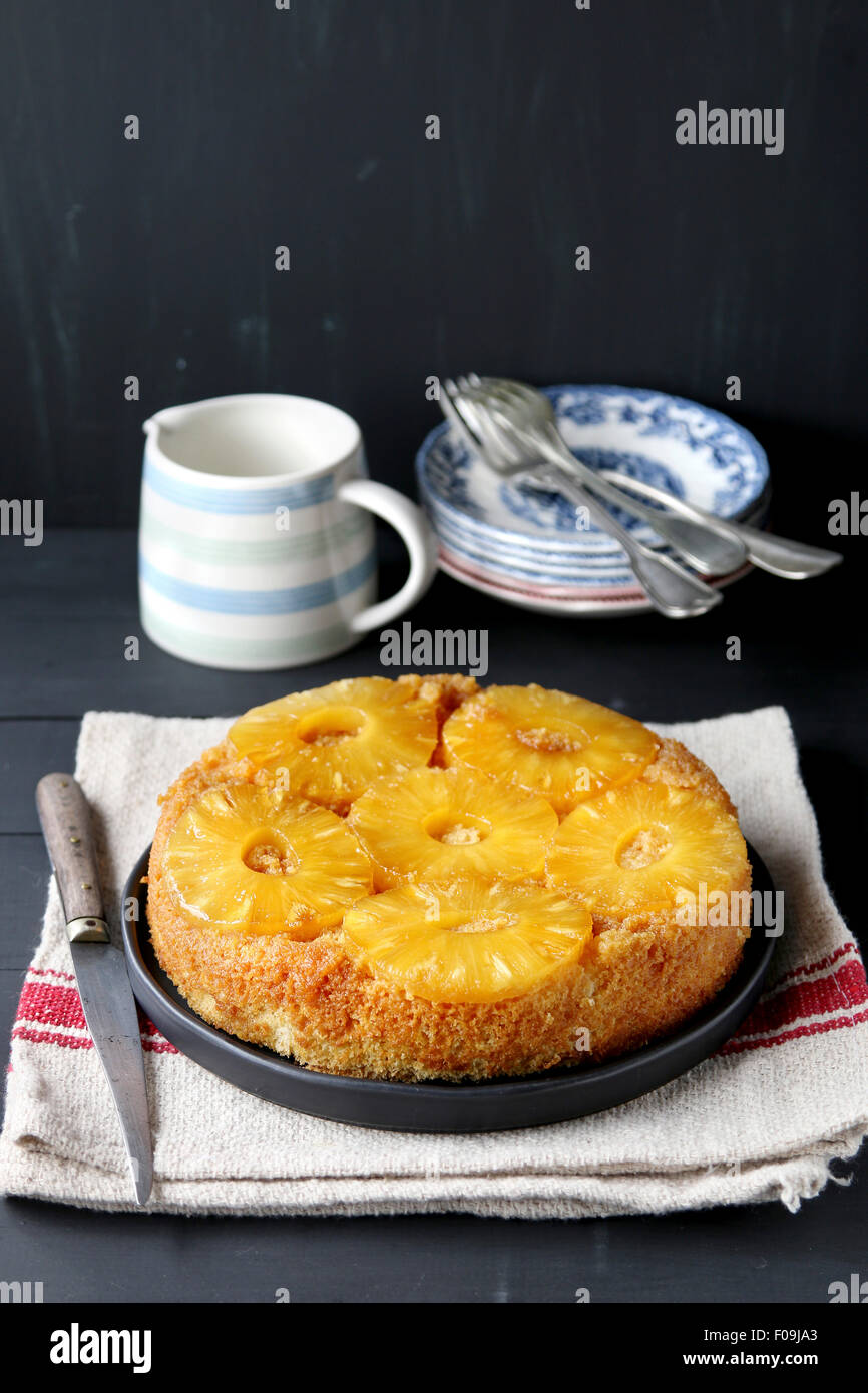 Ananas auf den Kopf nach unten Kuchen auf einem Teller Stockfoto