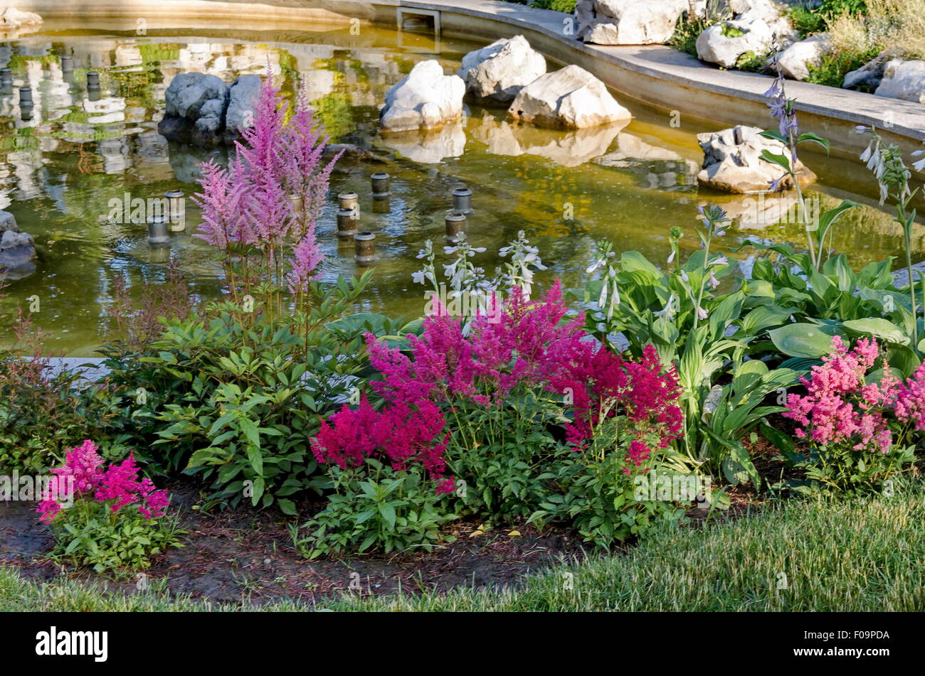 Gruppe von kleinen Springbrunnen vor Schönheit Steingarten, Sofia ...