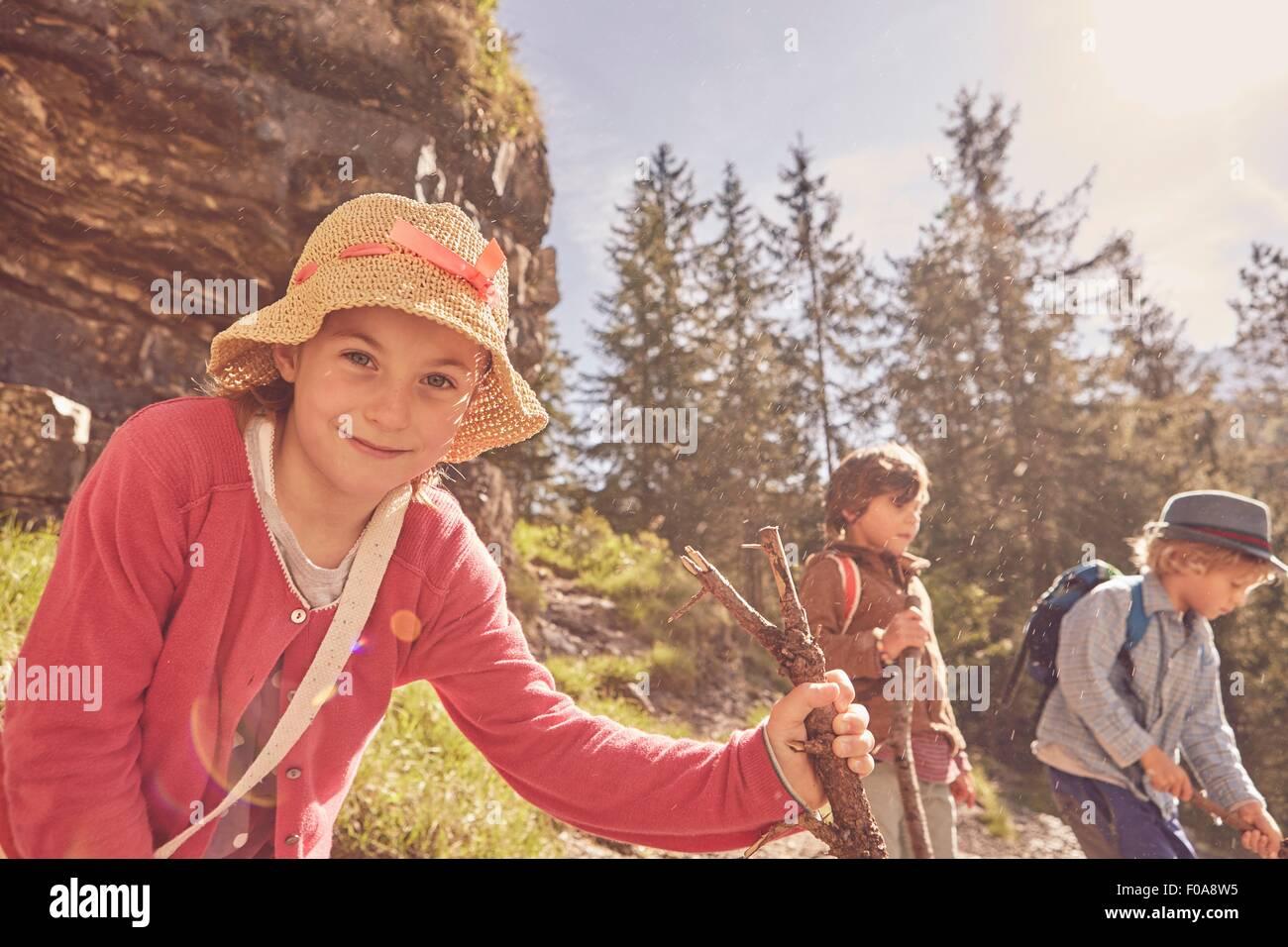 Drei Kinder erkunden Wald Stockbild