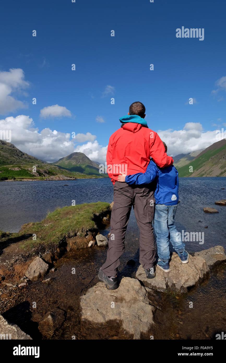 Vater und Sohn genießen Sie den Blick auf Wastwater im Lake District Cumbria, UK Stockbild