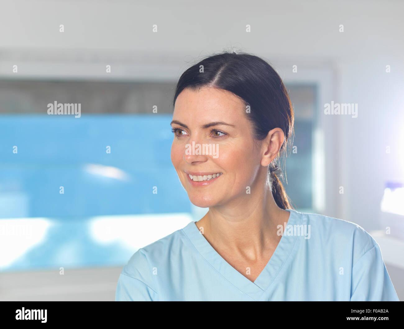 Gesundheit-Arbeiter bei der Arbeit, Fenster im Hintergrund. Stockbild