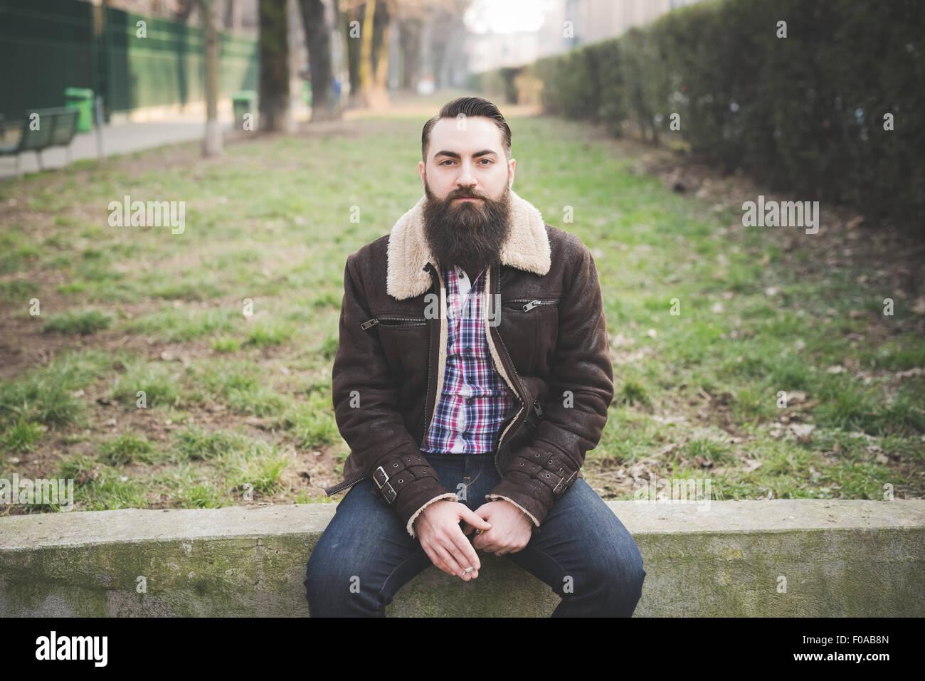Junge bärtige Mann im park Stockbild