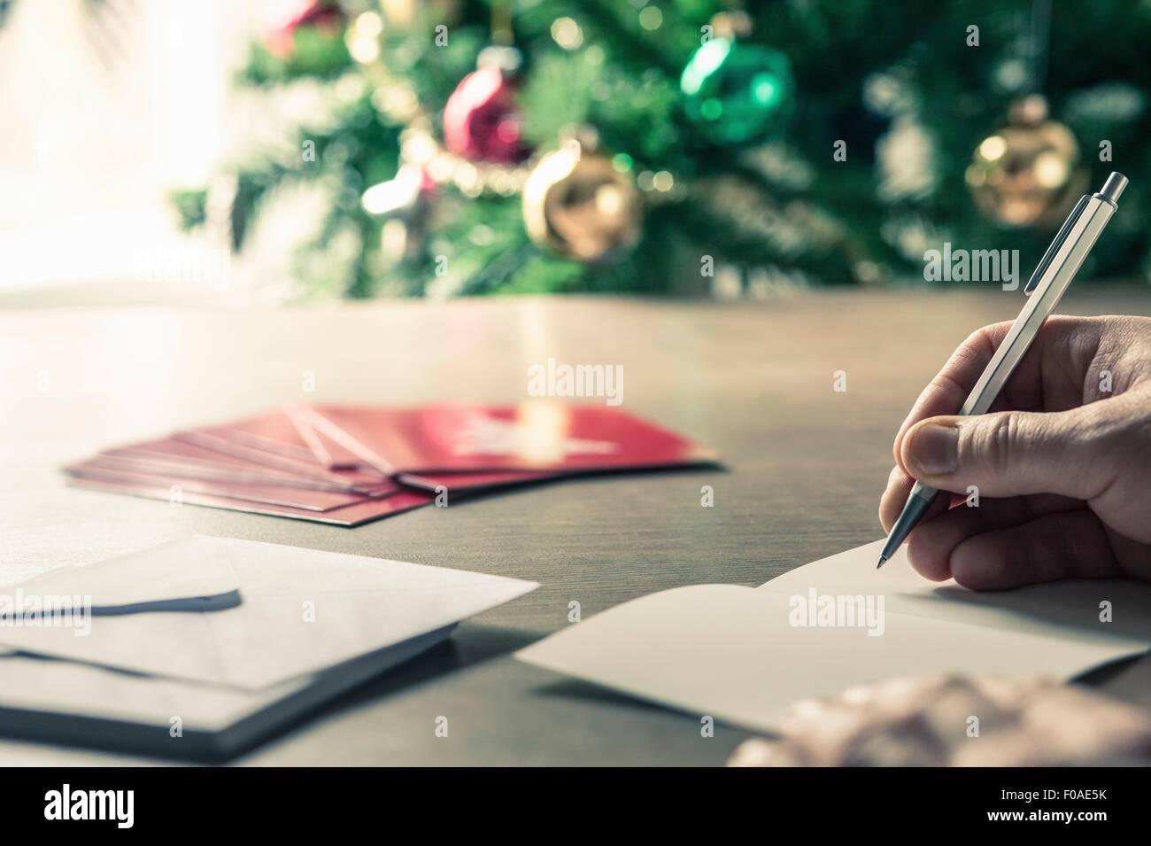 Person schreiben Weihnachtskarten Stockbild