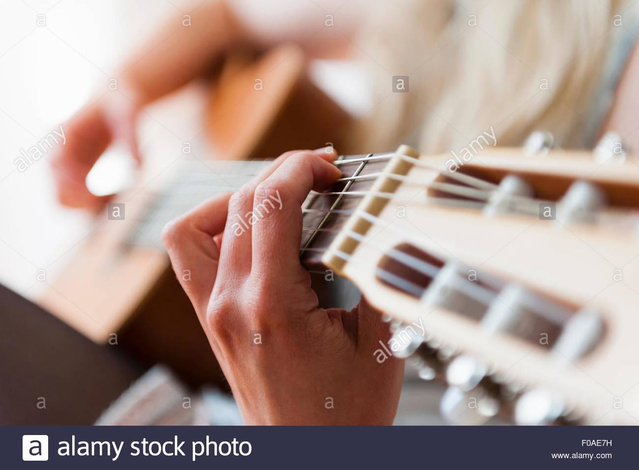 Hände der jungen Frau spielt akustische Gitarre Stockfoto, Bild ...