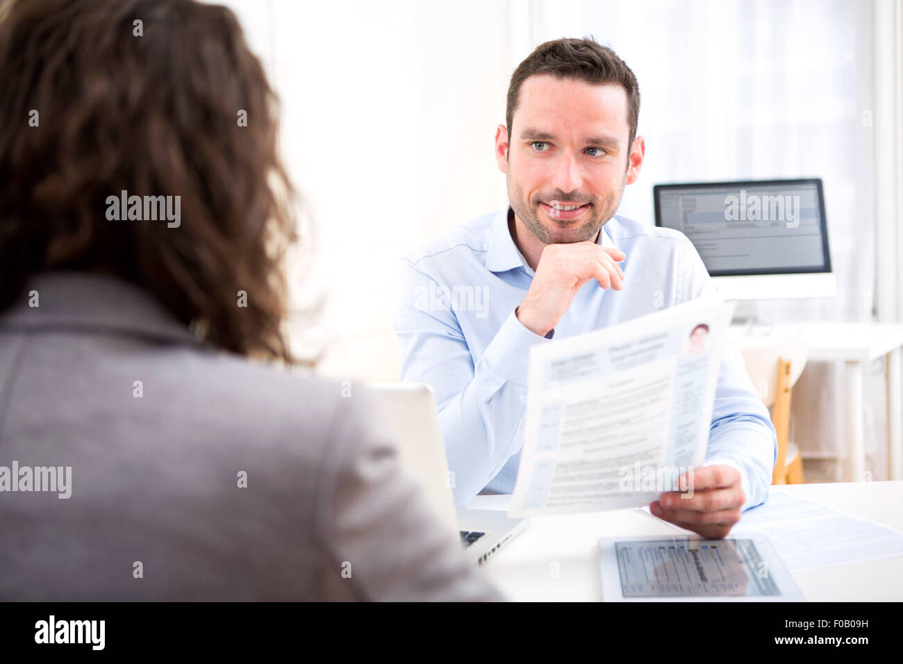 Blick auf einen jungen attraktiven Arbeitgeber Analyse Lebenslauf von Frau Stockbild