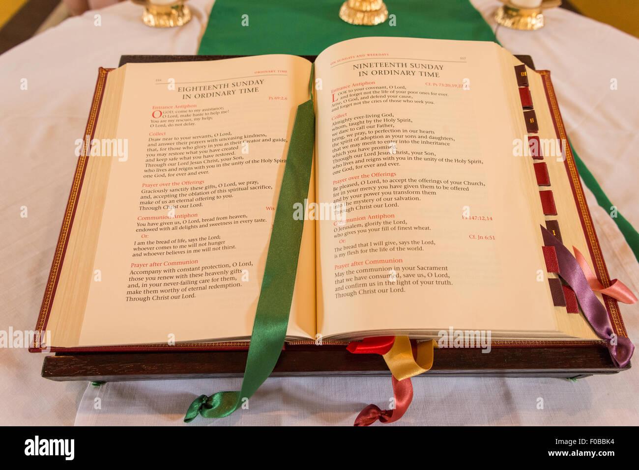 Gebetbuch auf Altar, Sankt Augustiner Roman Catholic Church, Daventry, Northamptonshire, England, Vereinigtes Königreich Stockbild