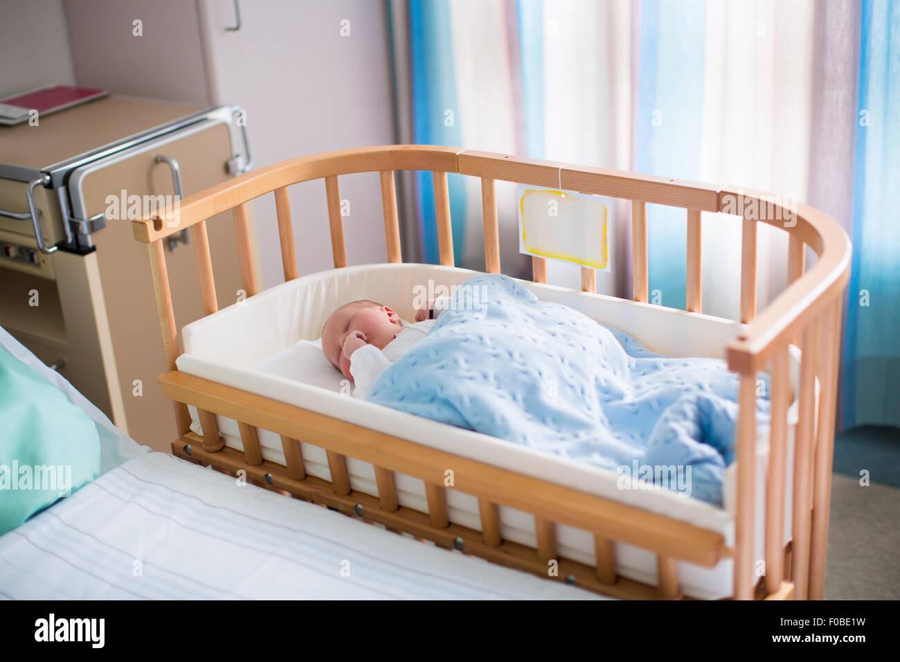 Neugeborenes baby junge im bett. neues kind geboren unter einer