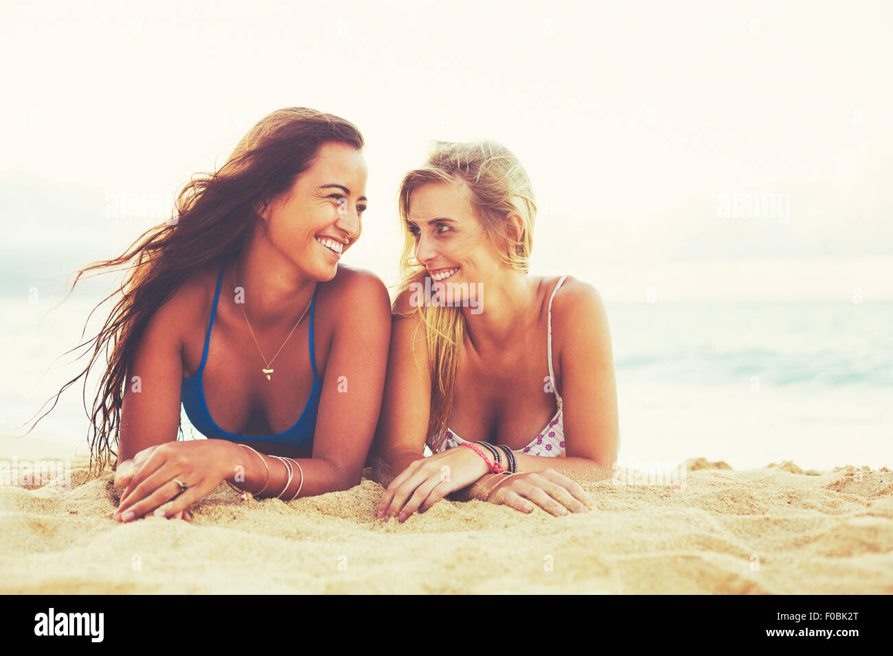 Sommer Lifestyle, Mädchen-Tag am Strand. Freunden abhängen am Strand bei Sonnenuntergang Stockbild