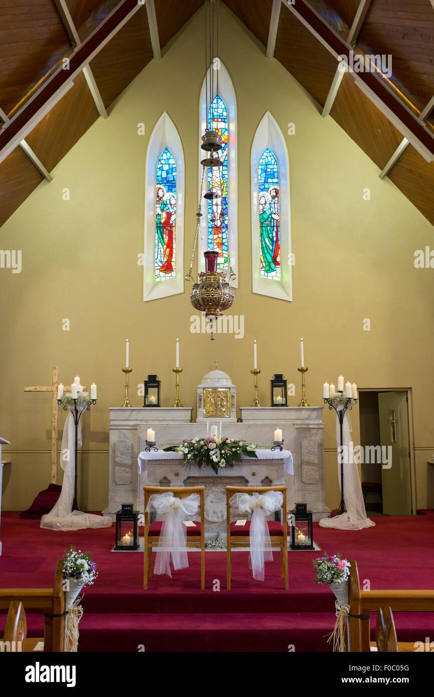 Hochzeit Blumen Mit Kerzen Auf Dem Altar In Der Katholischen Kirche