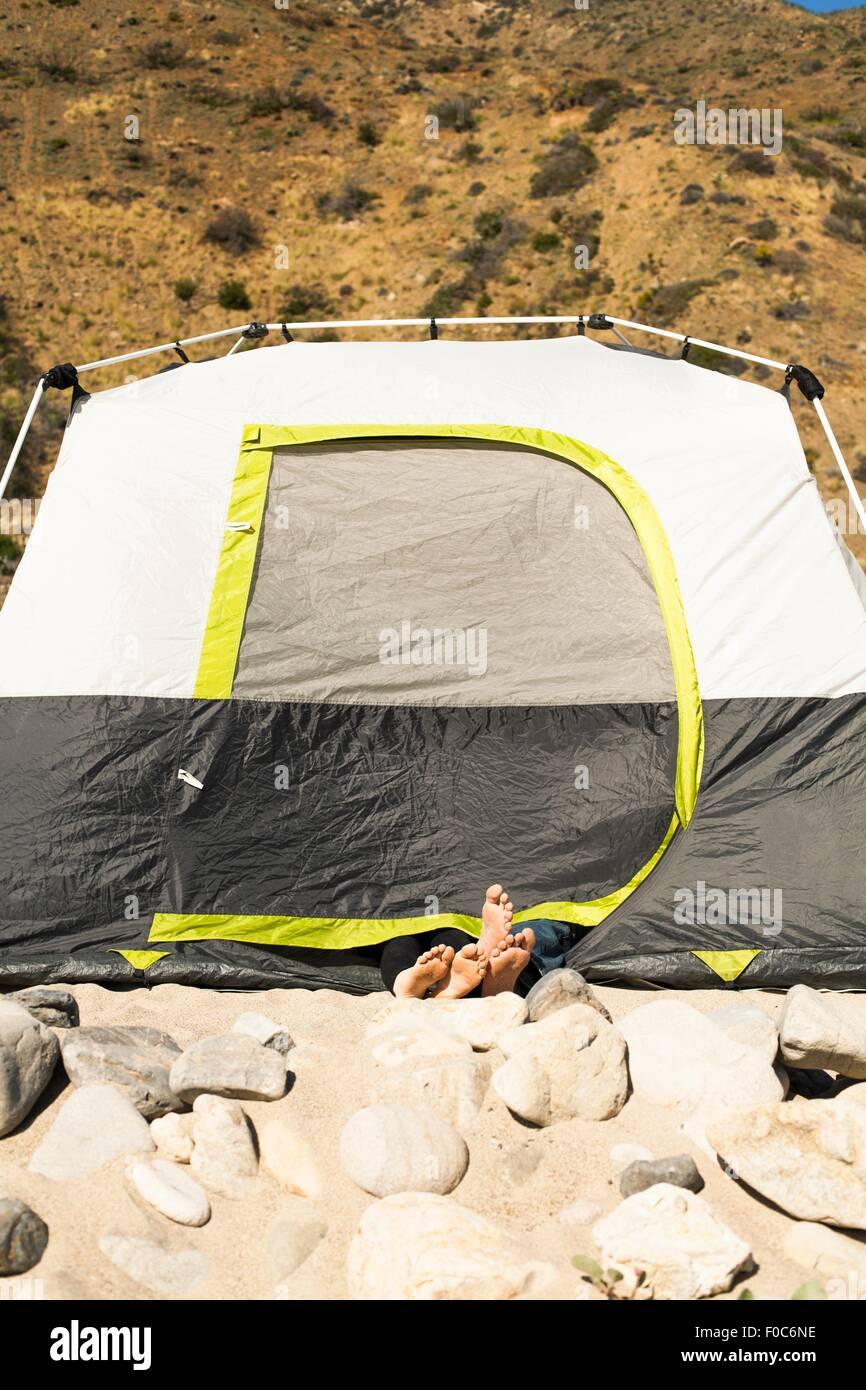 Paares Füße ragte aus Zelt, Malibu, Kalifornien, USA Stockbild