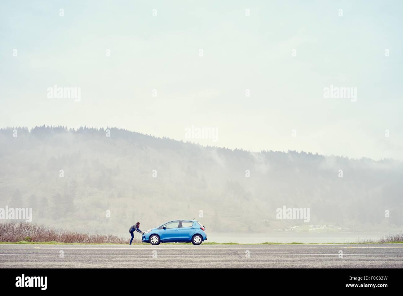 Person stützte sich auf Auto, Trinidad, Kalifornien, USA Stockbild
