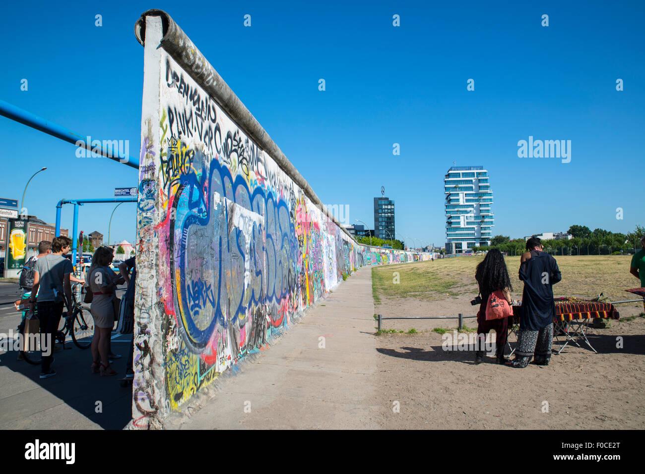 Ostseite Galerie Straßenkunst auf Berliner Mauer vom Fluss Spree & Muhlenstrasse Stockbild