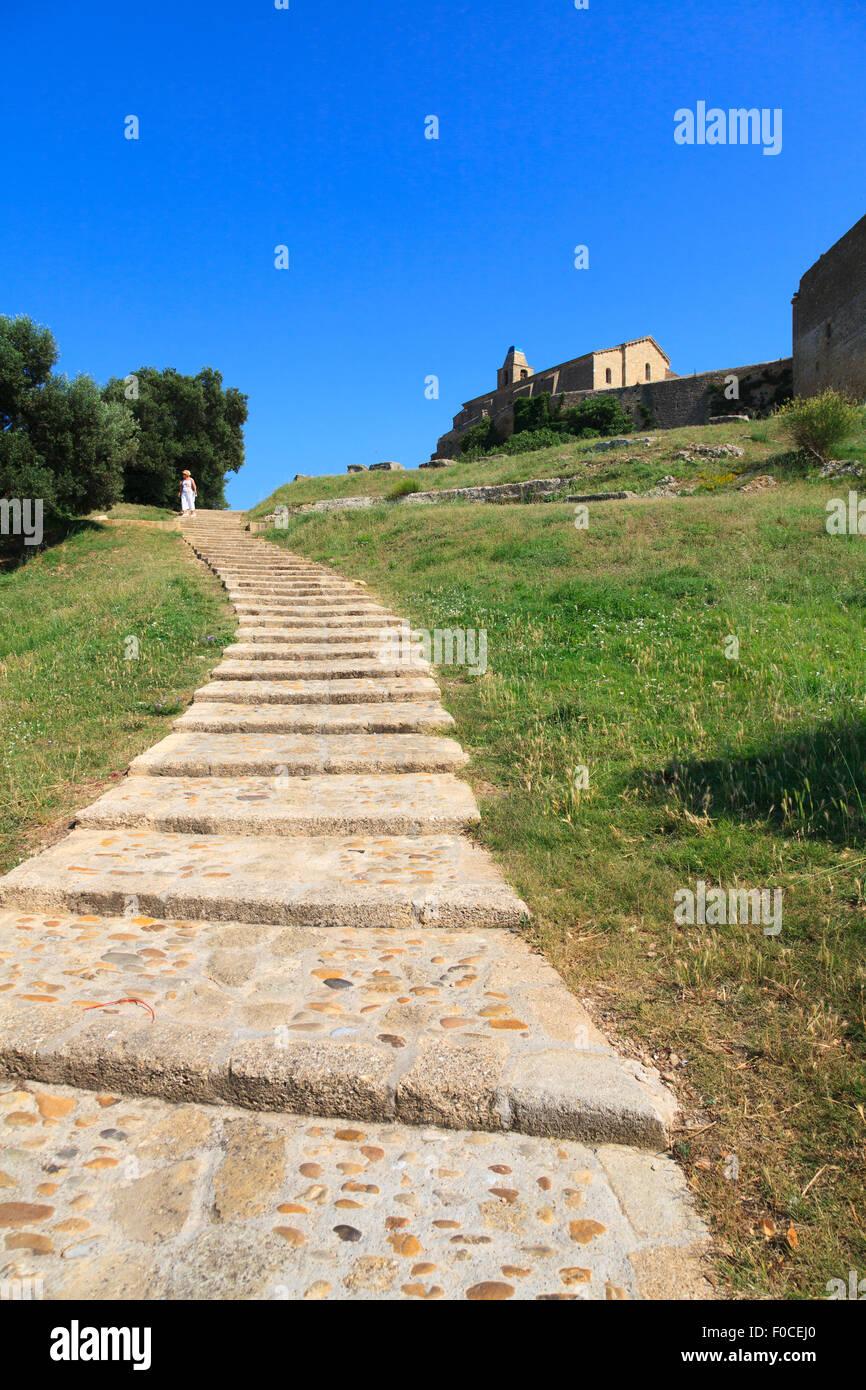 Schrägen Stufen hinauf zur Kirche von Saint Sauveur in Fos-Sur-Mer in Frankreich Stockbild