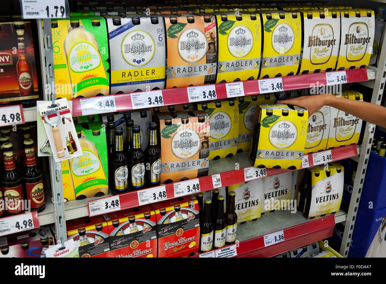 Regale mit verschiedenen 6pack Radler Packungen im Supermarkt ...