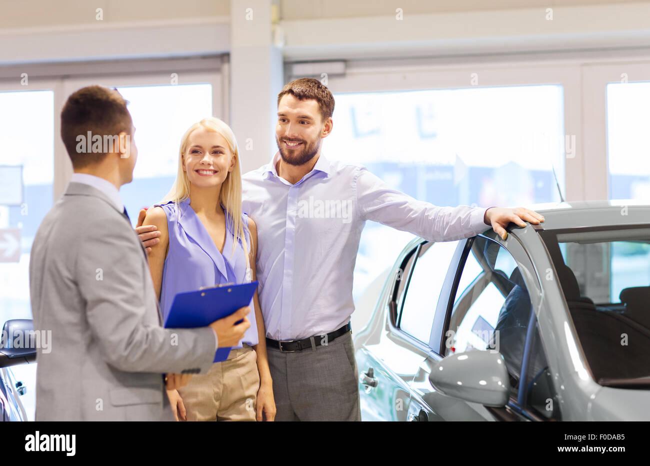 Brautpaar mit Autohändler in Automesse oder salon Stockbild