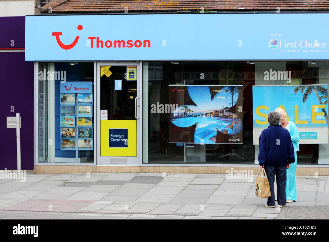 Ein Thomson, Erste Wahl, TUI Reisebüro auf einem hohen St in einem typischen britischen Stadt. Die Geschäfte Stockbild
