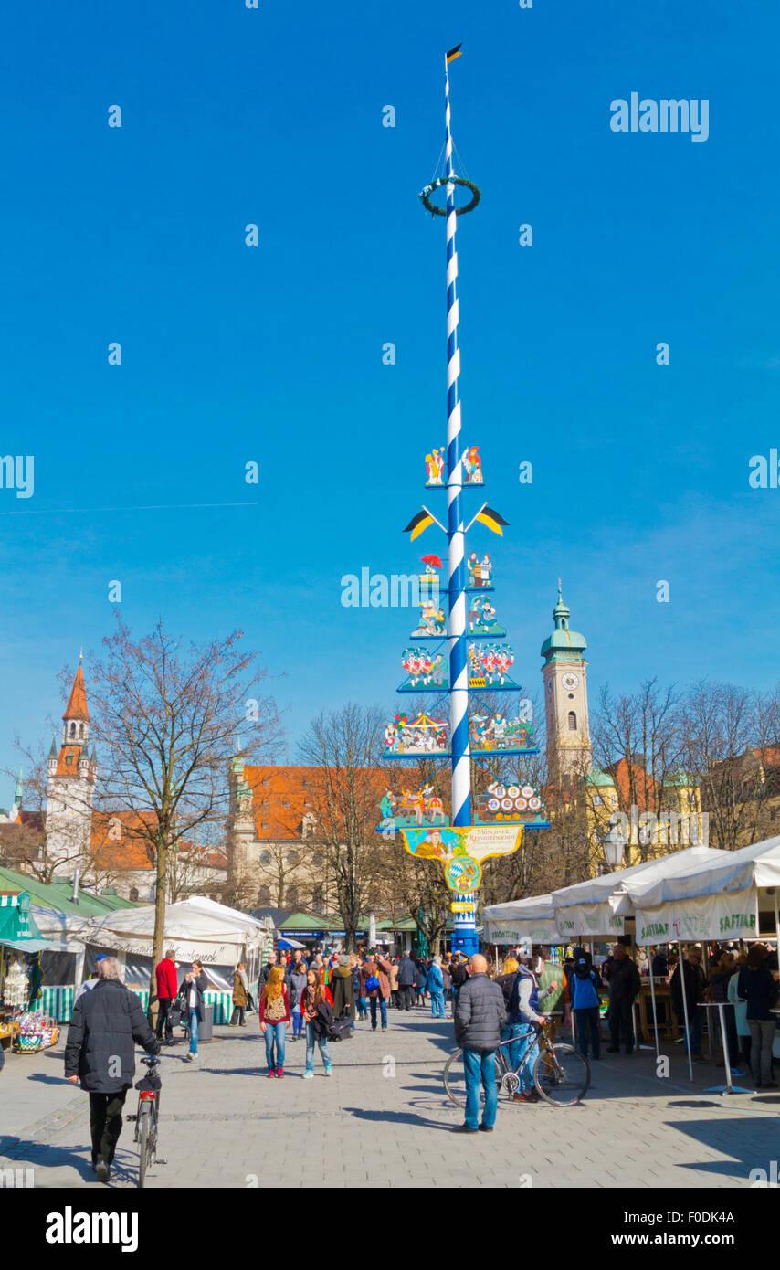 Viktualienmarkt, Marktplatz mit Maibaum, Altstadt, Altstadt, München, Bayern, Deutschland Stockbild