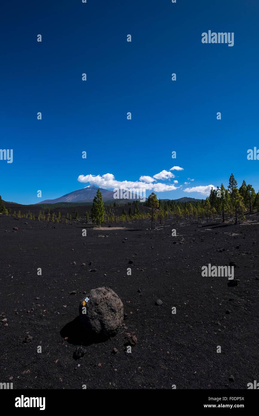 Tiefblauer Himmel und weißen flauschige Wolken über Teide mit ...