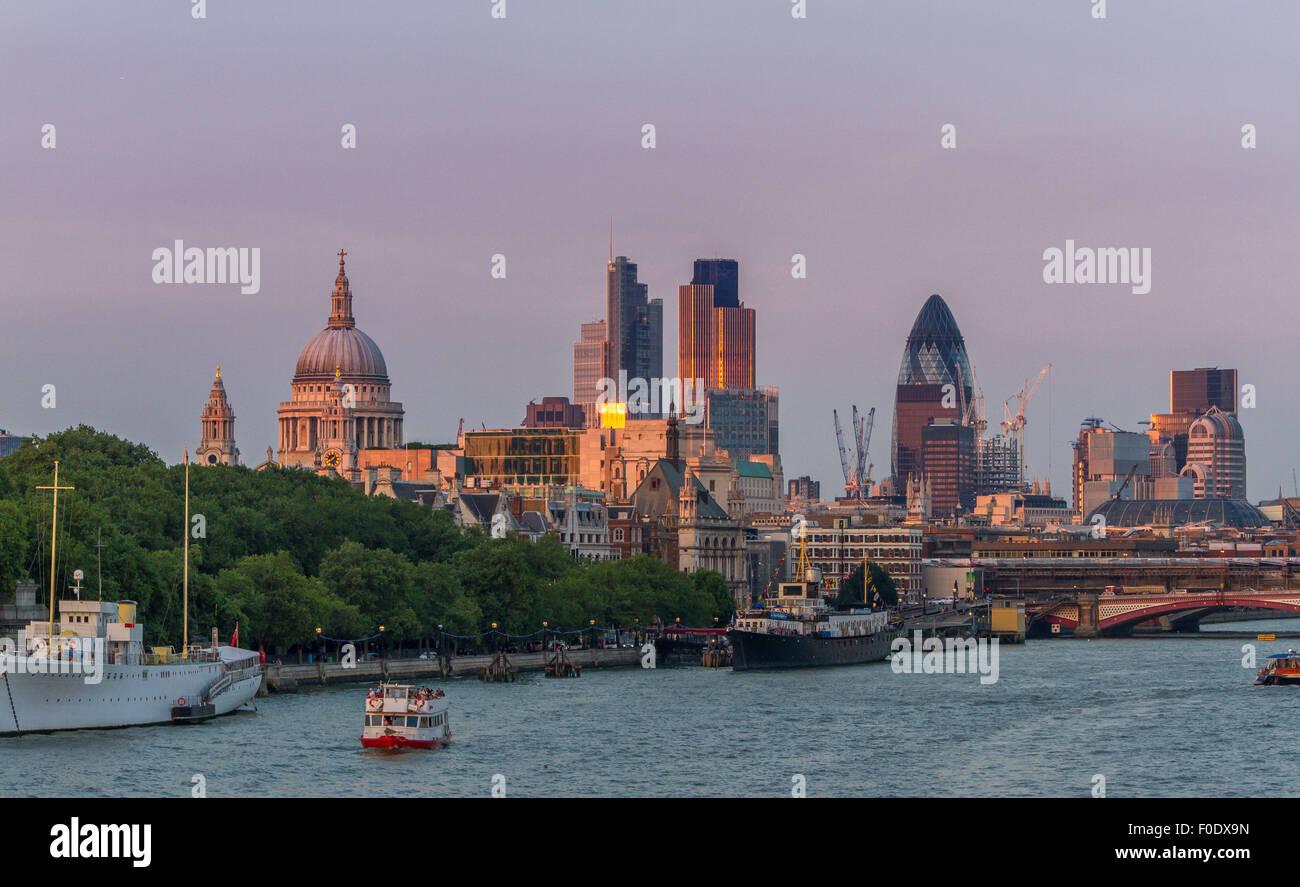 Blick von der Waterloo Bridge in Richtung der Stadt London und St. Paul's Kathedrale, eines der Kultigsten Blick Stockbild