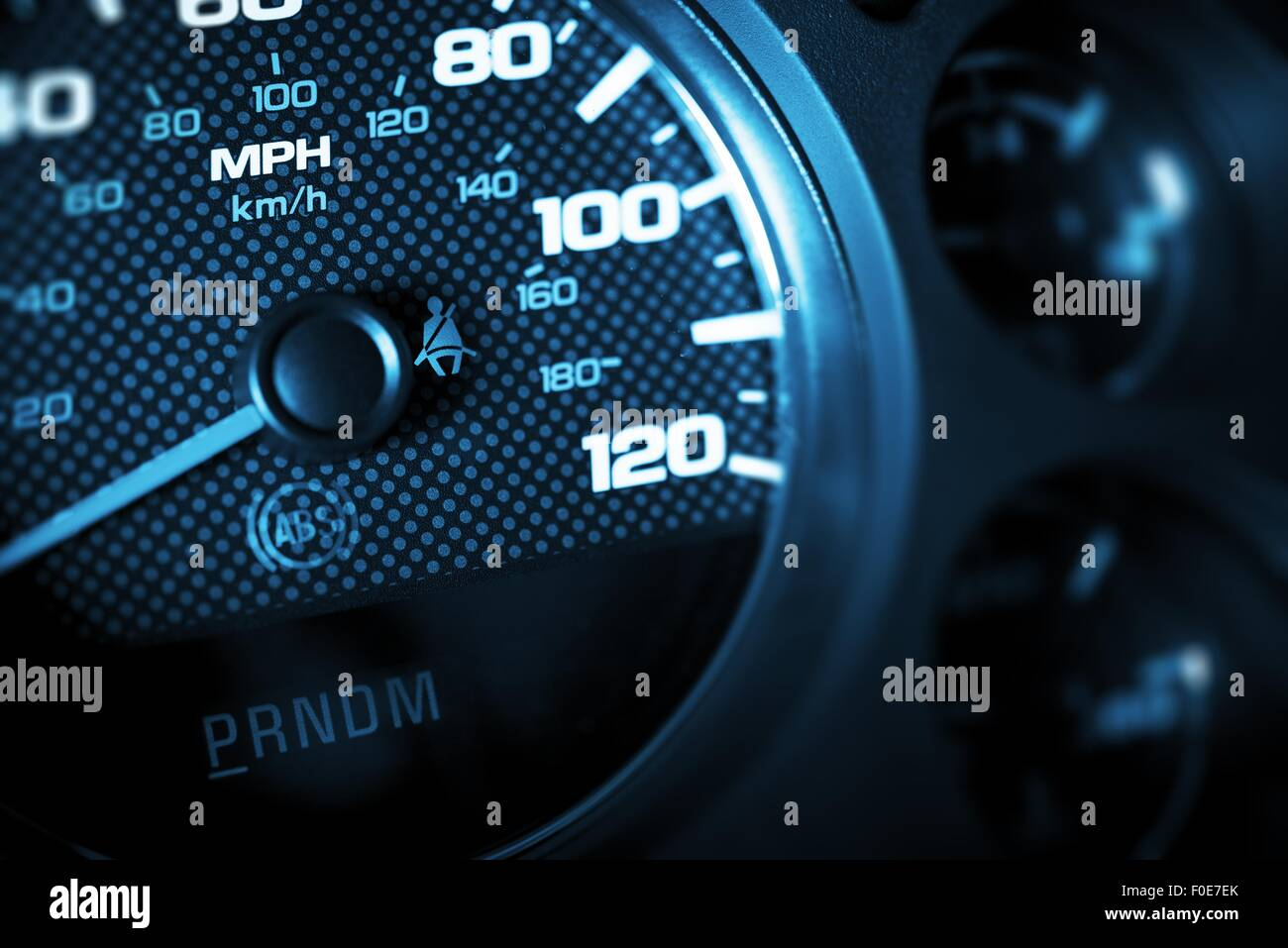 Driving Speed Control. Auto Drehzahlmesser Nahaufnahme. Dunkelblaue Farbe Verschneidung. Stockbild