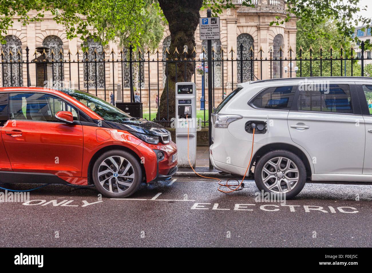 Elektro-Autos aufgeladen im Zentrum von Birmingham, West Midlands, England Stockbild