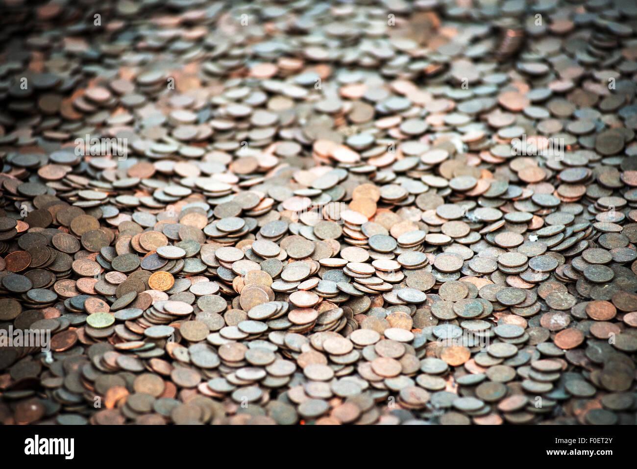 Tausende von Münzen auf dem Boden, spot-Licht Stockbild