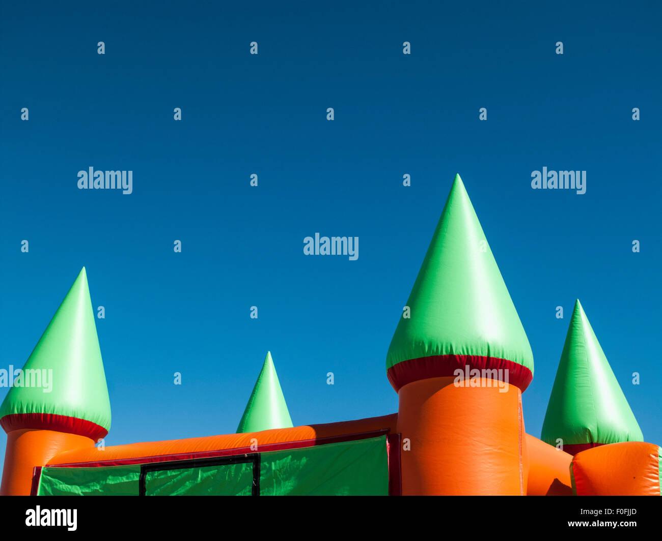 Bounce Burgtürme gegen blauen Himmel Stockbild
