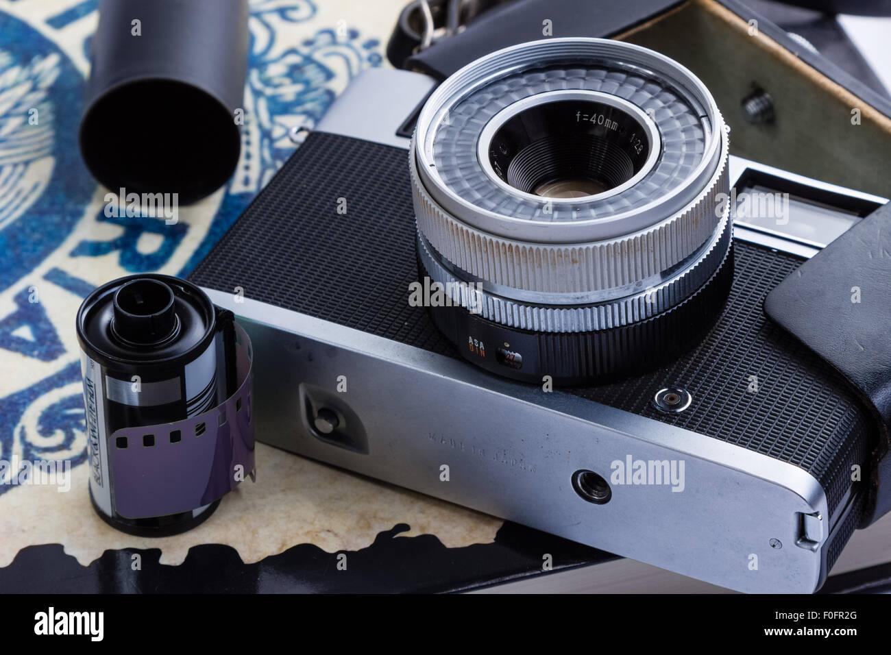 Eine alte entfernungsmesser kamera mit film und kanistern auf ein