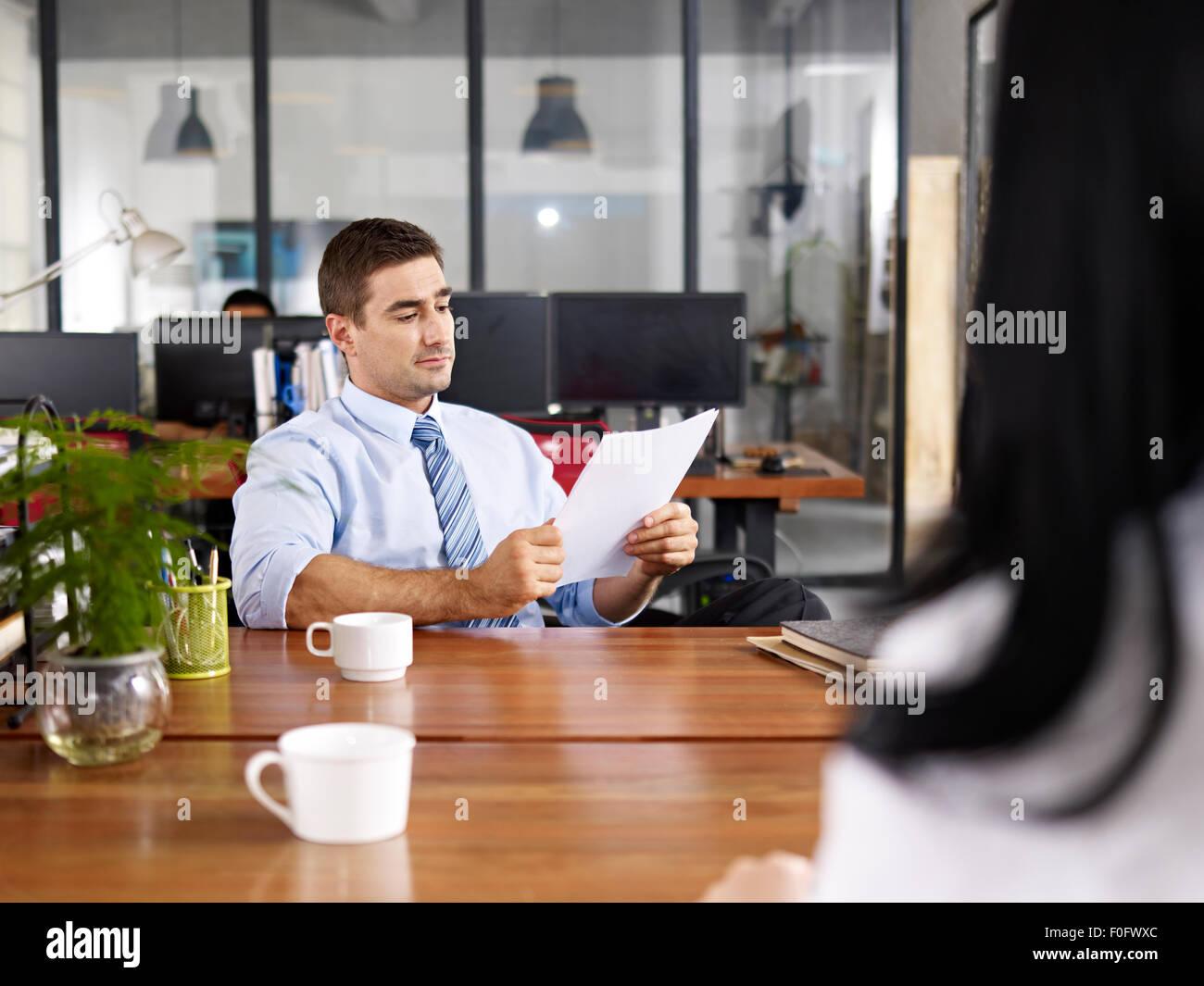 Kaukasische HR-Manager, die Durchführung eines Interviews Stockbild