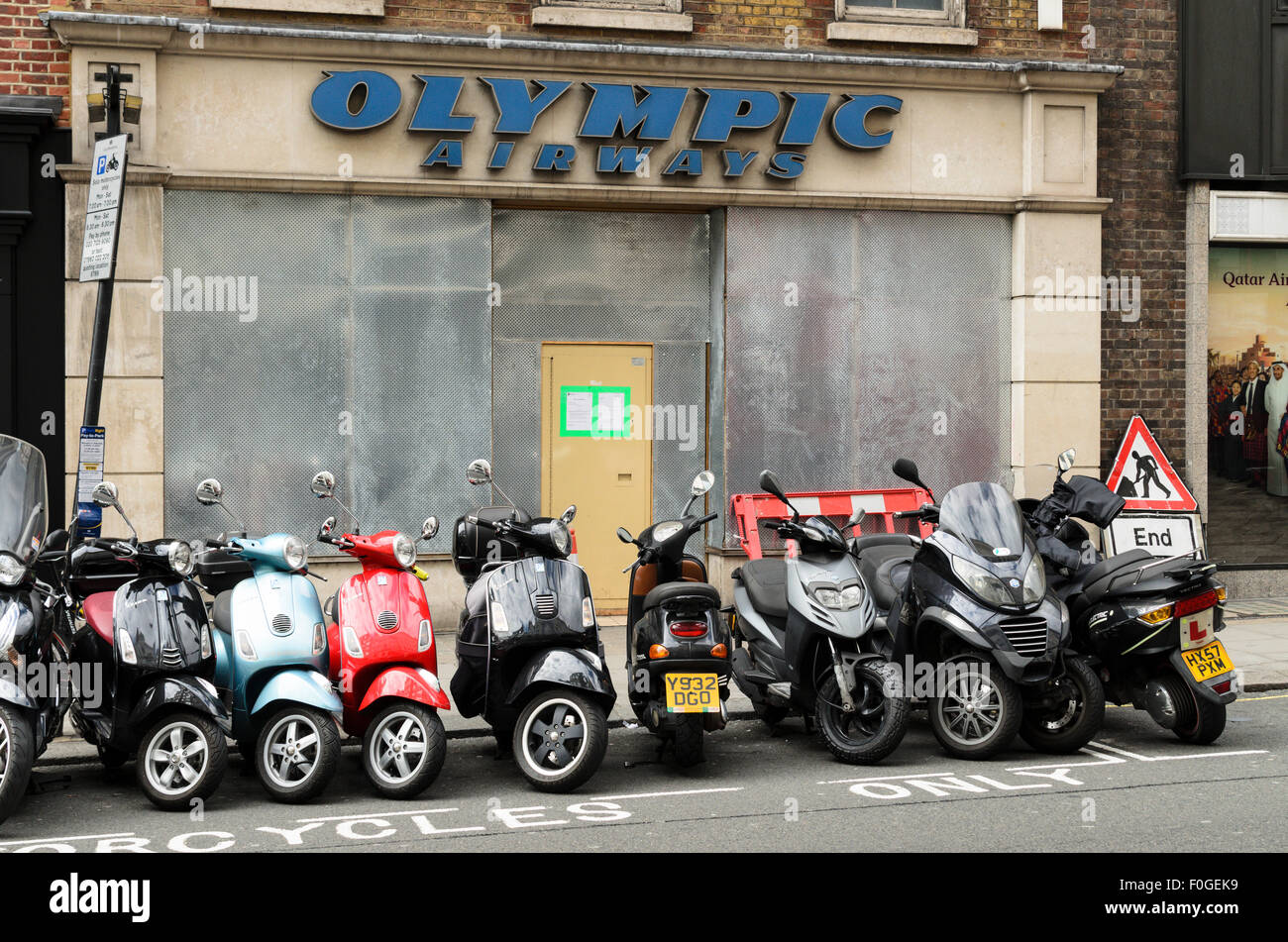 Mopeds geparkt außerhalb der ehemaligen Olympic Airways Büro, London, England, UK. Stockfoto