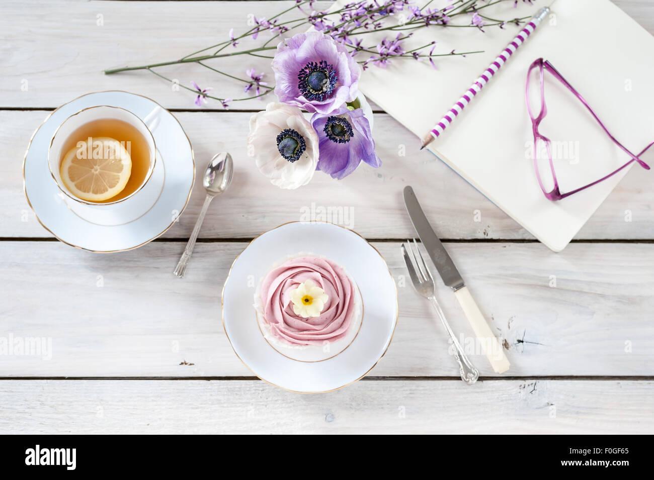 Teepause mit Anemonen und genista Stockbild