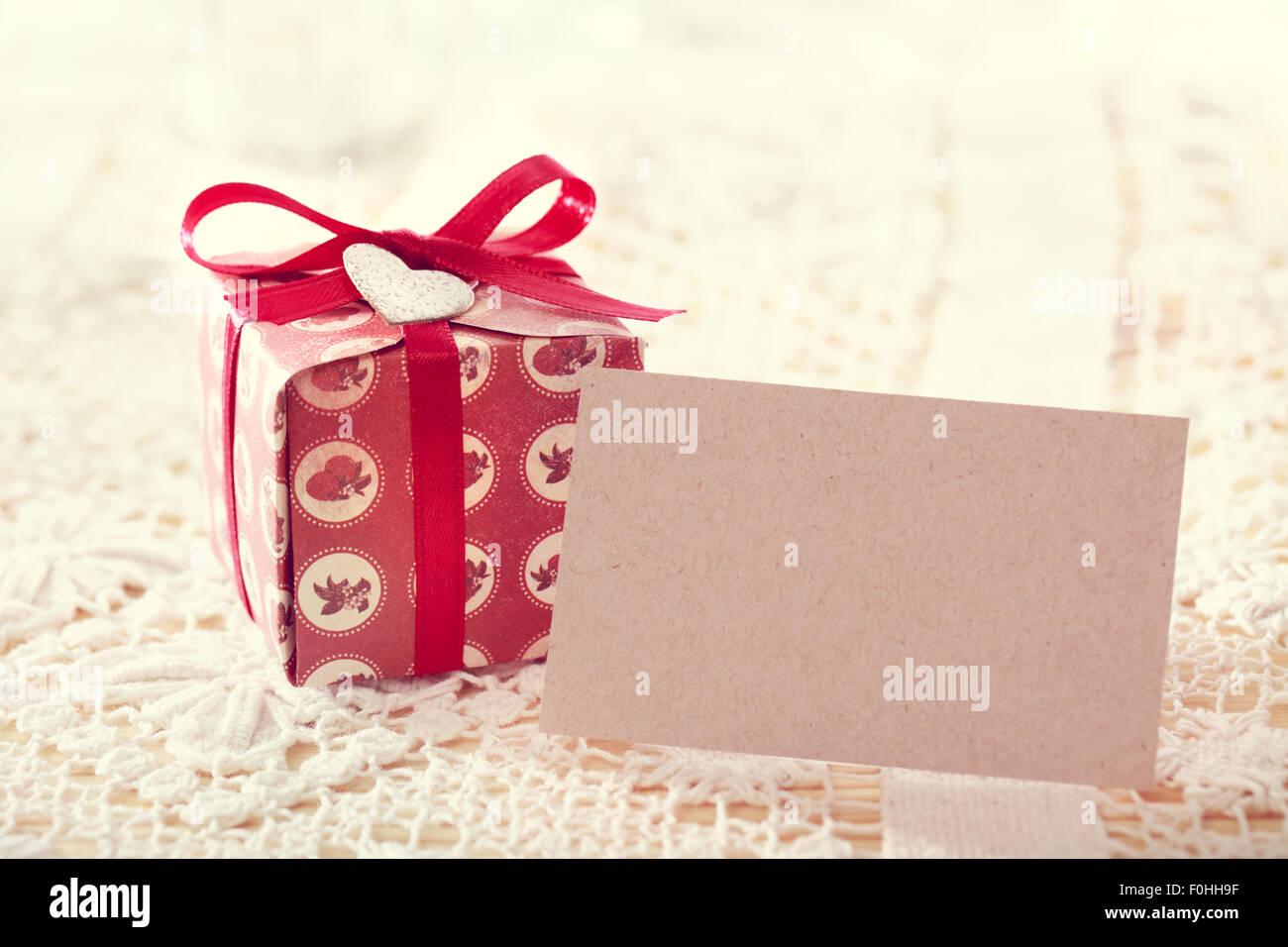 Handgemachte Geschenkkartons mit roten Bändern und herzförmige Tags ...
