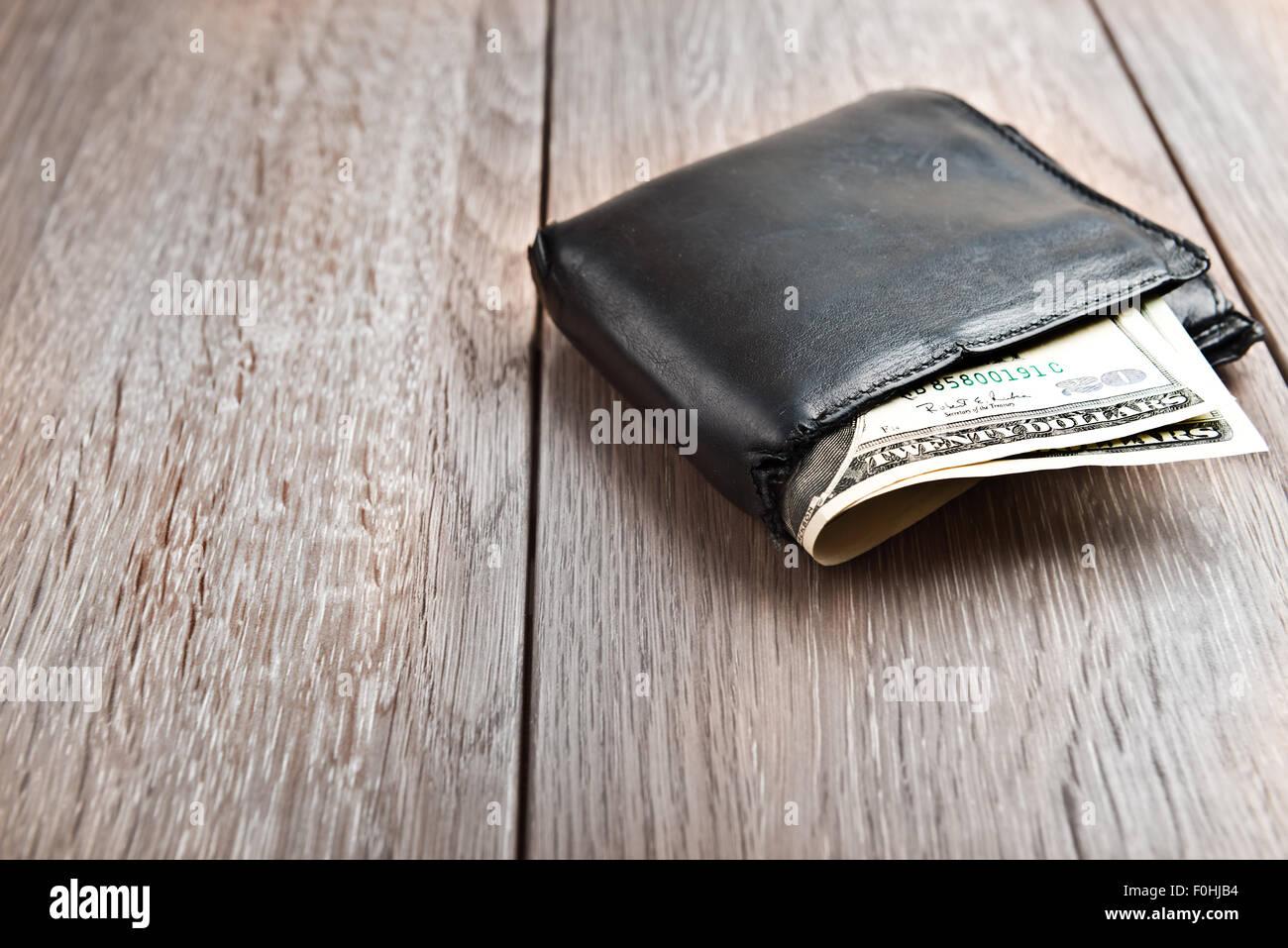 Brieftasche mit hundert-Dollar-Banknoten auf hölzernen Hintergrund Stockbild
