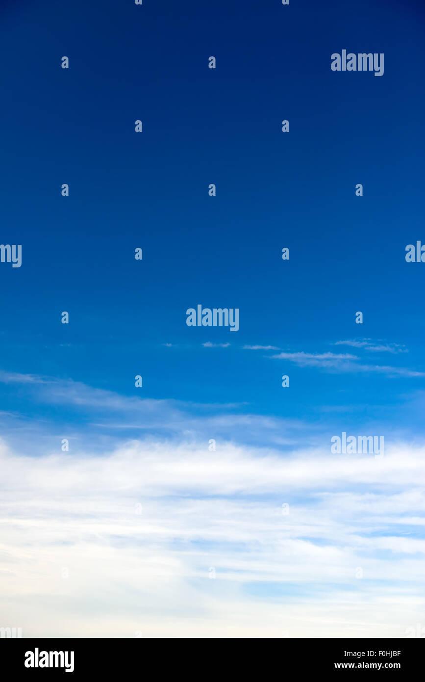 Tiefblauer Himmel mit schönen Wolkengebilde vertikale Stockbild