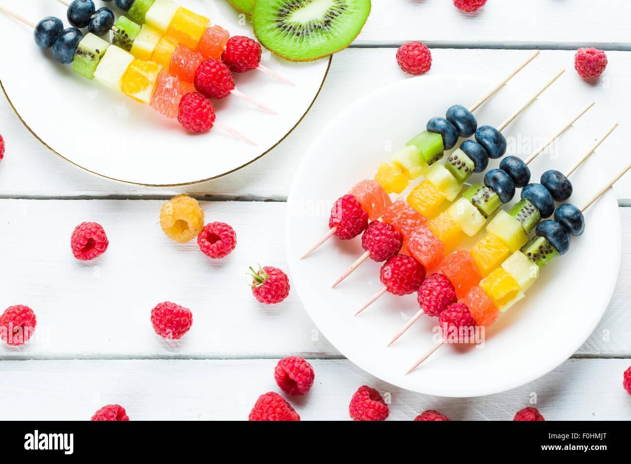 Frische Sommerfrüchte auf sticks Stockbild